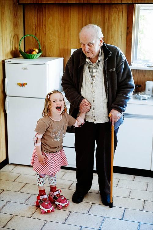 bompa en lena met rolschaatsten in de keuken thuis