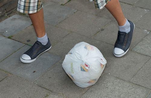 bang dat hun bal vuil wordt doen ze er een plastieken zak rond