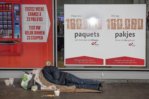 de post pakketten armoede bedelaar slapen clochard dakloze lotto automaat voor gokspelen test uw geluk