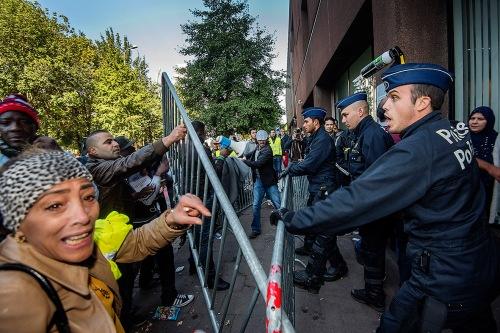 2015/10/01 brussel belgie : het opvangkamp voor vluchtelingen wordt ontruimd door het burgerplatform. Sans papiers uiten hun ongenoegen en maken opstootje als ze fedasil belagen foto ivan put