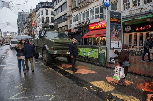 2015/11/22 brussel belgium : dreigingsniveau 4 in brussel voor terroristische aanslag. militairen verzorgen de veiligheid. foto ivan put