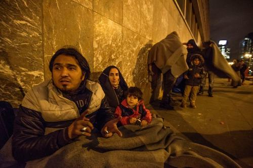 2015/11/17 brussel belgium : vluchtelingen overnachten aan de rode kruis post in het wtc gebouw foto ivan put