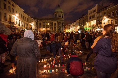 2015/11/18 belgium molenbeek: solidariteitsactie op het gemeenteplein van molenbeek voor de aanslagen in Parijs. kaarsen branden. iedereen werd gefouilleerd bij het betreden van het gemeenteplein. Molenbeek geeft licht. Molenbeek donne de la couleur foto ivan put