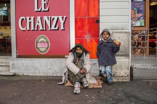 2015/12/11 : henin-beaumont frankrijk : regionale verkiezingen. gaat het FN van marine le pen winnen ? moeder en zoon bedelen in Henin-beaumont waar FN de macht heeft foto ivan put