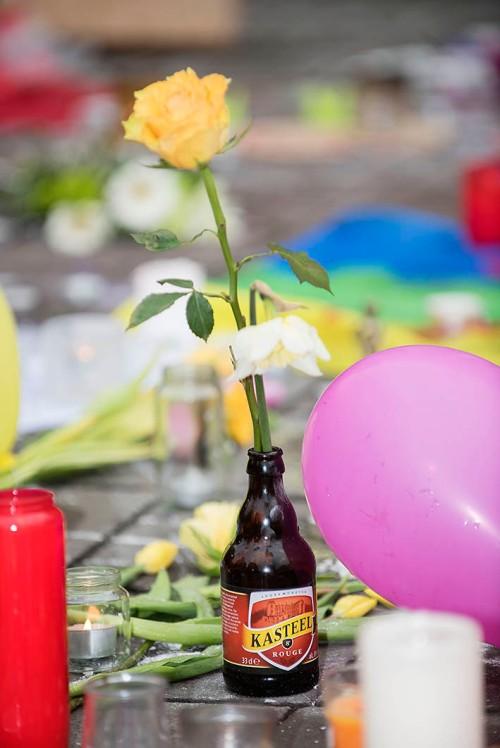 2016/03/24 brussel belgium : mensen drinken bier aan de beurs en zetten bloemen in de flesjes foto ivan put
