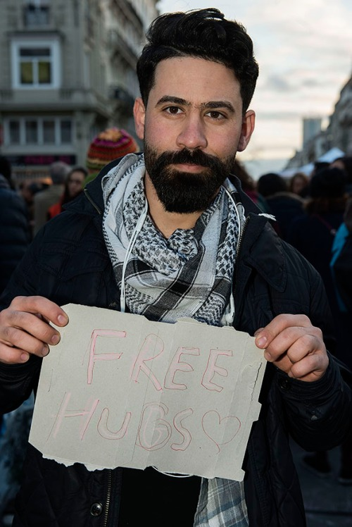 2016/03/23 molenbeek belgium : sfeer aan de beurs na de aanslagen in brussel. portretten van mensen met free hugs pancartes foto ivan put