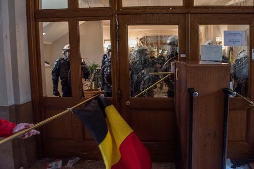 2016/05/17 brussel belgium : protest van de cipiers en aan het kabinet van Minister van Justitie Geens. binnendringen in het gebouw. clash met de oproerpolitie foto ivan put