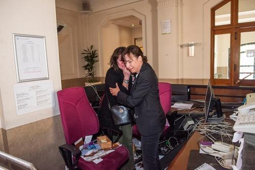 2016/05/17 brussel belgium : protest van de cipiers en aan het kabinet van Minister van Justitie Geens. binnendringen in het gebouw. ravage aan het onthaal met geshockeerde vrouwen van het onthaal. foto ivan put