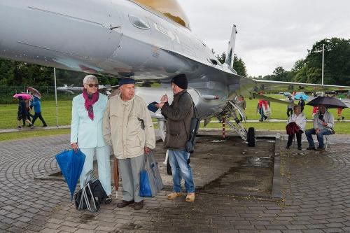 2016/06/26 florennes belgium : belgian air force days op de militaire luchthaven van florennes. 70ste verjaardag van de Belgische luchtmacht. schuilen voor de regen onder een F16 foto ivan put