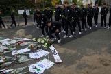 2018/11/02 leuven belgium : voetbalclub ohl rouwt om zijn voorzitter Vichai Srivaddhanaprabha die overleed in een helicoptercrash. het stadion in Leuven. minuut stilte bij de spelers en neerleggen van bloemen foto ivan put