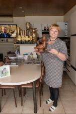 2019/03/19 knesselare belgium : duivenmelker joel verschoot verkocht via duivenveilinghuis pipa (pigeon paradise) prijsduif armando. de vrouw van joel in haar keuken met al de beker foto ivan put